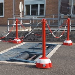 belt and chain posts: TRAFFIC-LINE Hi-Vis Chain Posts